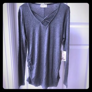 🌻♥️Gray Criss Cross front top! NWT large
